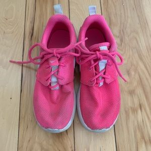 Other - Girls Nike Roshe running shoes